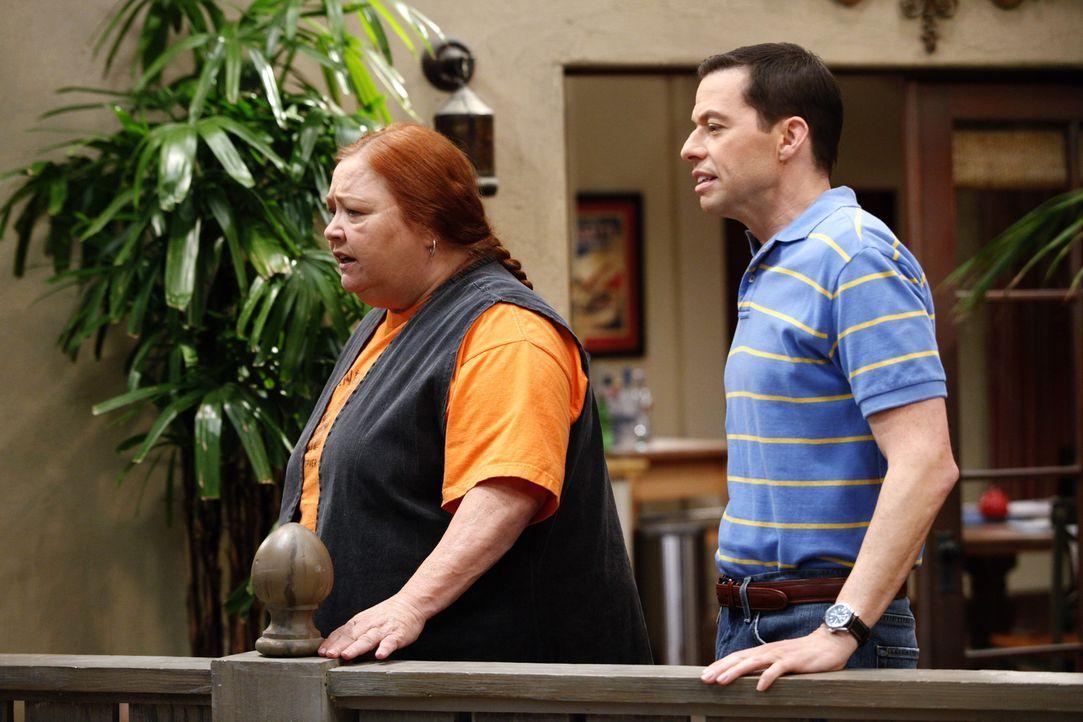 Charlie will sich nach der Trennung von Chelsea umbringen, Berta (Conchata Ferrell, l.) und Alan (Jon Cryer, r.) versuchen ihn verbal davon abzubrin... - Bildquelle: Warner Brothers