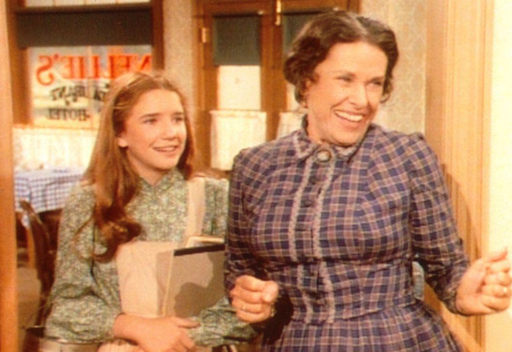 Mrs. Oleson (Katherine MacGregor, r.) und Laura (Melissa Gilbert, l.) begrüßen Almanzo, den jüngeren Bruder der neuen Lehrerin. Laura ist von dem... - Bildquelle: Worldvision