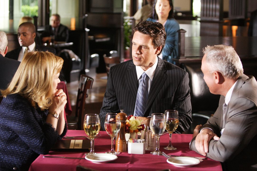 In ihrem Traum ist Allison (Patricia Arquette, l.) mit ihrem Jugendfreund J.D. (David James Elliott, M.) verheiratet und ist Junior-Partnerin von Re... - Bildquelle: Paramount Network Television