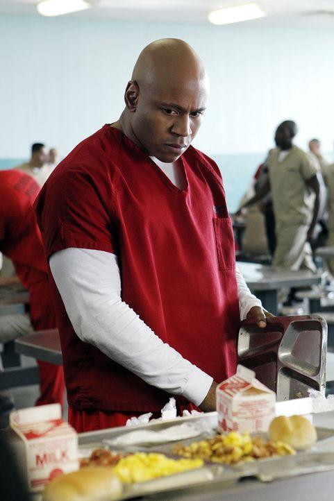 Moe, der im Gefängnis seine Strafe verbüßt, wird im Zuge eines Aufnahmeritus einer Gang schwer zusammengeschlagen. Sam (LL Cool J) wird vom Krankenh... - Bildquelle: CBS Studios Inc. All Rights Reserved.