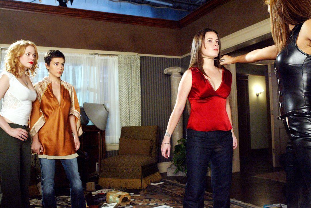 Bianca (Marisol Nichols, r.) ist nicht untätig, sondern belegt Piper (Holly Marie Combs, 2.v.r.),  Phoebe (Ayssa Milano, 2.v.l.) und Paige (Rose McG... - Bildquelle: Paramount Pictures.