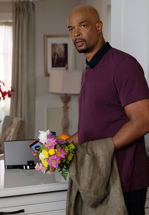 Reichen Trish die Blumen als Entschuldigung für Rogers (Damon Wayans) unvorhersehbar langen Mexikoaufenthalt? - Bildquelle: Warner Brothers