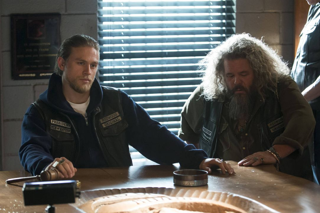 Nach dem Tod ihres Freundes versuchen Jax (Charlie Hunnam, l.) und Bobby (Mark Boone Junior, r.), den Alltag nach und nach wiederherzustellen ... - Bildquelle: 2012 Twentieth Century Fox Film Corporation and Bluebush Productions, LLC. All rights reserved.