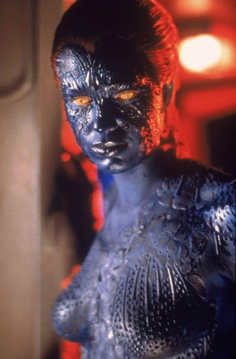 Die Metamorphin Mystique  (Rebecca Romijn-Stamos) gehört zur finsteren Bruderschaft um Magneto, die die Weltherrschaft an sich reißen will. - Bildquelle: 2000 Twentieth Century Fox Film Corporation. All rights reserved.