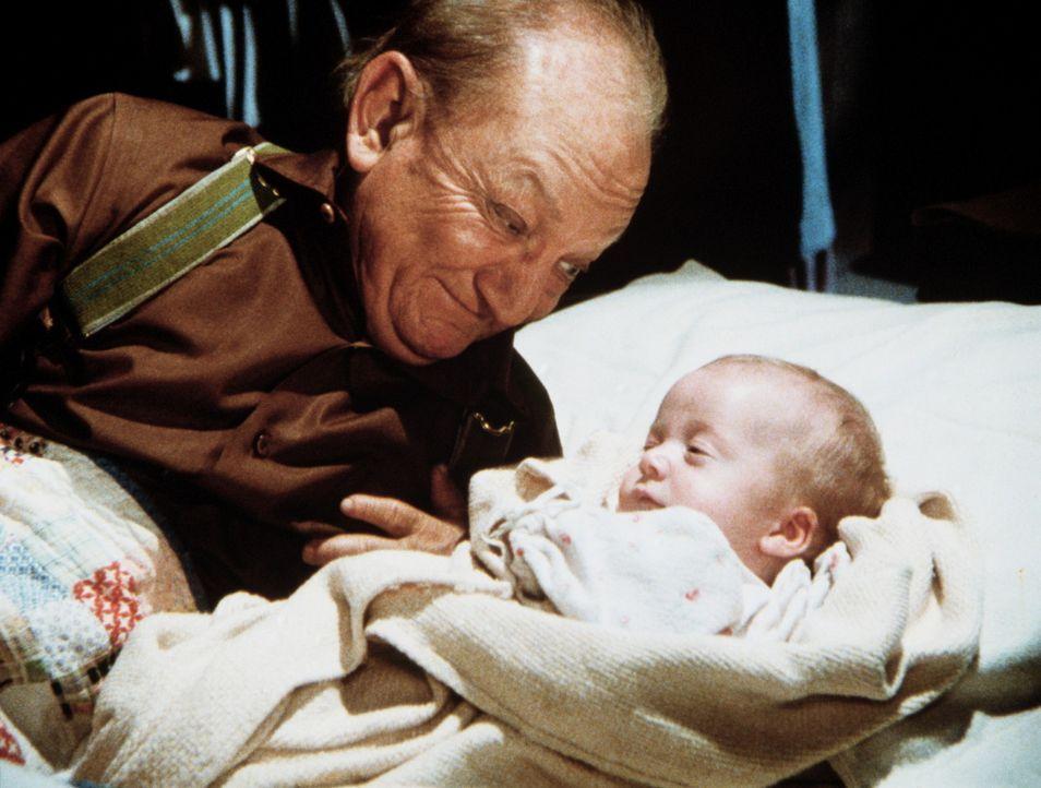Lou Bates (Billy Barty), dessen Frau nach der Geburt ihrer Tochter gestorben ist, beschließt, mit dem Kind in Walnut Grove zu leben. - Bildquelle: Worldvision