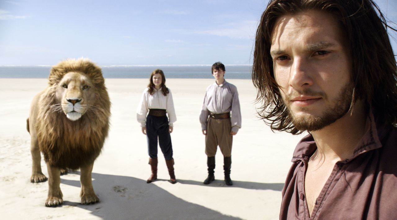 Erst spät macht der Löwe Aslan König Kaspian (Ben Barnes, r.), Edmund (Skandar Keynes, M.) und Lucy (Georgie Henley, l.) klar, dass aus seinem Land... - Bildquelle: Courtesy 20 Century Fox TM &   2010 Twentieth Century Fox Film Corporation and Walden Media, LLC. All Rights Reserved. Not for sale or duplication / Courtesy 20 Century Fox