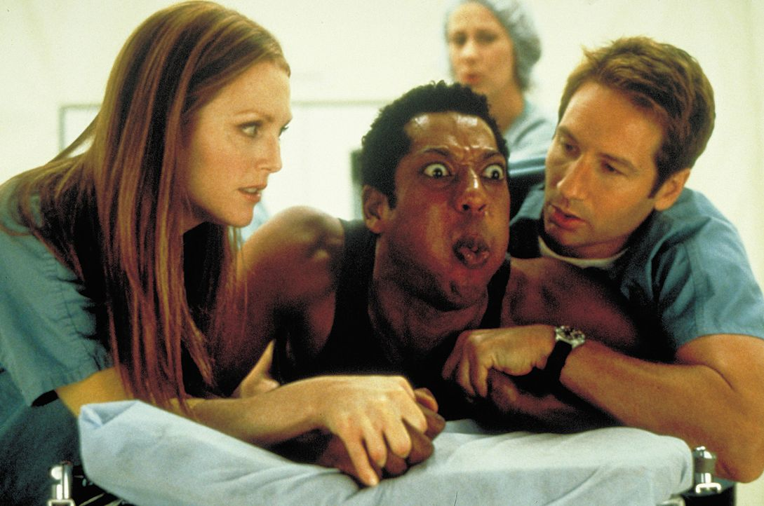 Bald machen allerlei gefräßige Kreaturen und glibberige Substanzen Dr. Allison Reed (Julianne Moore, l.), Dr. Ira Kane (David Duchovny, r.) und Dr... - Bildquelle: 2003 Sony Pictures Television International