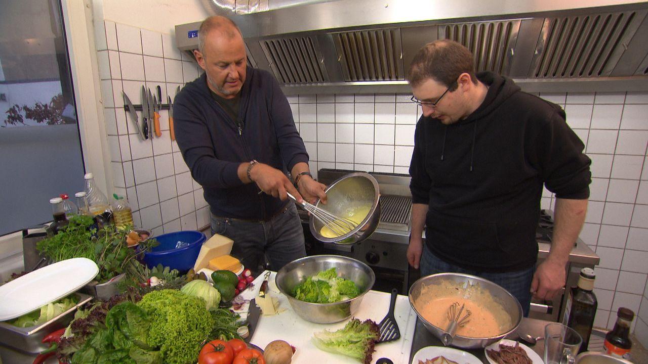 Frank Rosin (l.) gibt seinem neuesten Schützling ein Kochcoaching und zeigt ihm, wie man richtig gute Mettburger und Cesar Salads macht ... - Bildquelle: kabel eins