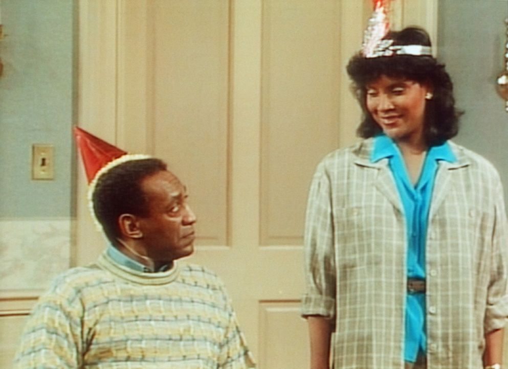 Clair (Phylicia Rashad, r.) und Cliff (Bill Cosby, l.) feiern am Nachmittag den ersten Teil von Cliffs Geburtstag. - Bildquelle: Viacom