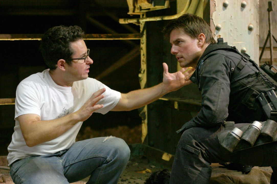 Letzte Regieanweisungen erteilt Regisseur J. J. Abrams, l. seinem Hauptdarsteller Tom Cruise, r. - Bildquelle: 2005 by PARAMOUNT PICTURES. All Rights Reserved.