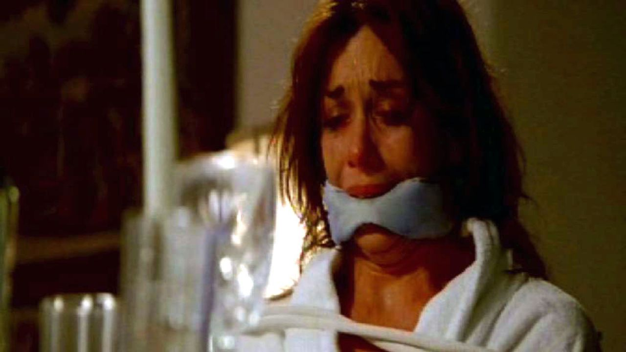 Im Süden der USA treibt sich ein gewiefter Serienmörder herum, der seine Opfer (Yara Brighton) zu Tode foltert. - Bildquelle: Touchstone Television