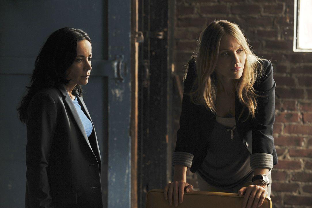 Ein neuer Fall beschäftigt Gina (Beau Garrett, r.) und Beth (Janeane Garofalo, l.) ... - Bildquelle: ABC Studios