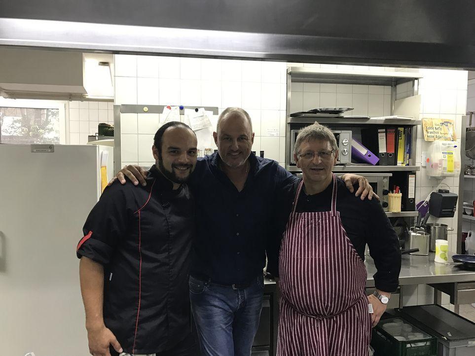Jörgs Schäfers (r.) altmodische Kochweise und fehlendes Marketing im herrschaftlich-idyllische Hotel-Restaurant Wittekindsquelle sind nur die gering... - Bildquelle: kabel eins