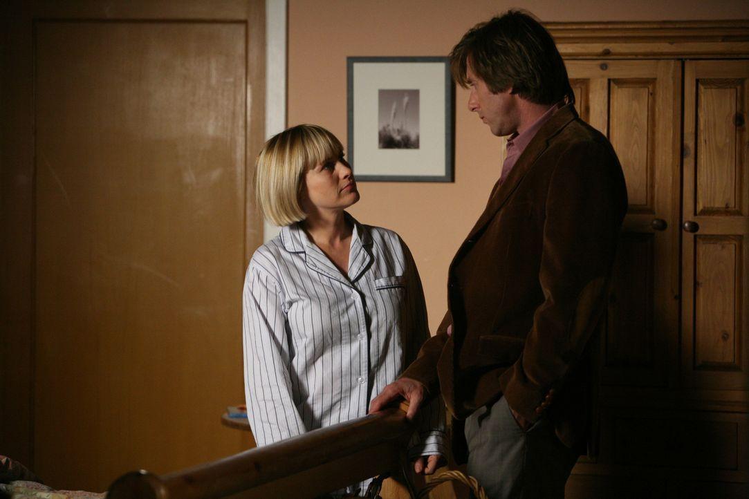 Joe (Jake Weber, r.) will sich um einen neuen Job bewerben. Allison (Patricia Arquette, l.) wünscht ihm viel Glück für das bevorstehende Gespräch ..... - Bildquelle: Paramount Network Television