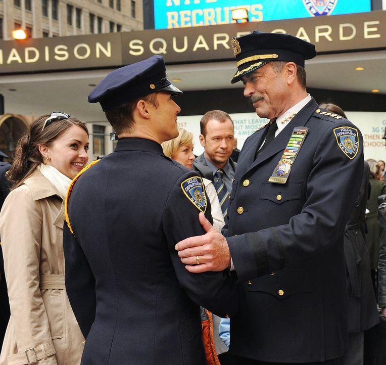 Frank (Tom Selleck, r.) gratuliert seinem Sohn Jamie (Will Estes, l.), der nun auch als Polizist im New York Police Department arbeiten wird. - Bildquelle: 2010 CBS Broadcasting Inc. All Rights Reserved