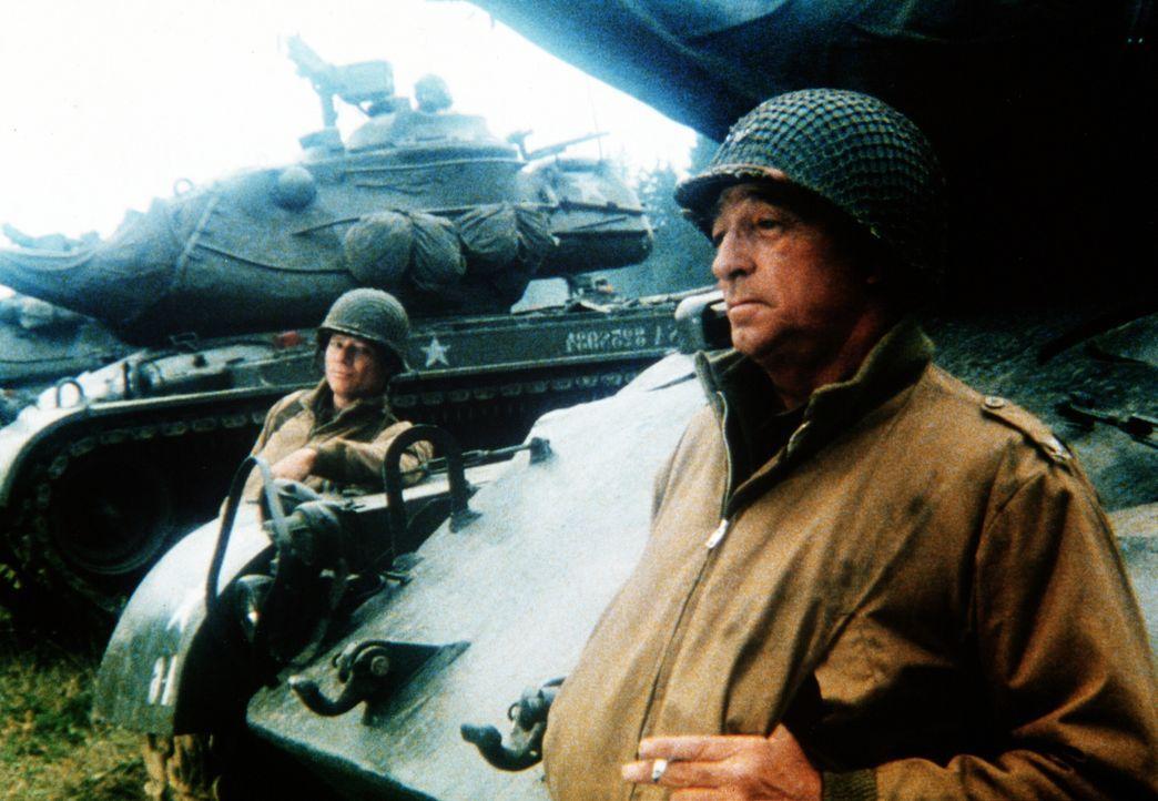 Mit seiner Panzerkolonne marschiert Major Rogers (Robert Mitchum, r.) in die Stadt ein ... - Bildquelle: Worldvision Enterprises Inc.