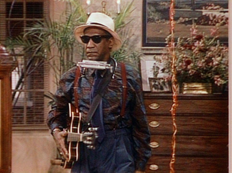 Cliff (Bill Cosby) versucht sich als Musiker - ein unvergessliches Erlebnis für die Gäste des Hauses Huxtable. - Bildquelle: Viacom