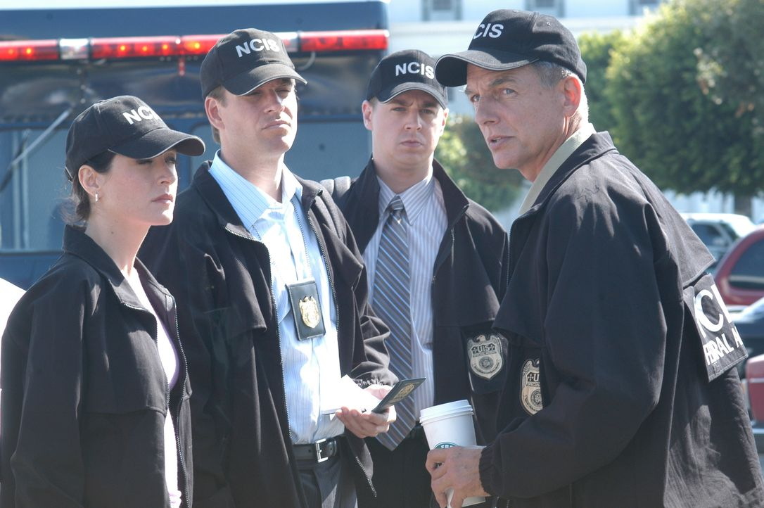 Ermitteln im Fall von Lieutenant Commander Micki Shields: Kate (Sasha Alexander, l.), Tony (Michael Weatherly, 2.v.l.), McGee (Sean Murray, 2.v.r.)... - Bildquelle: CBS Television