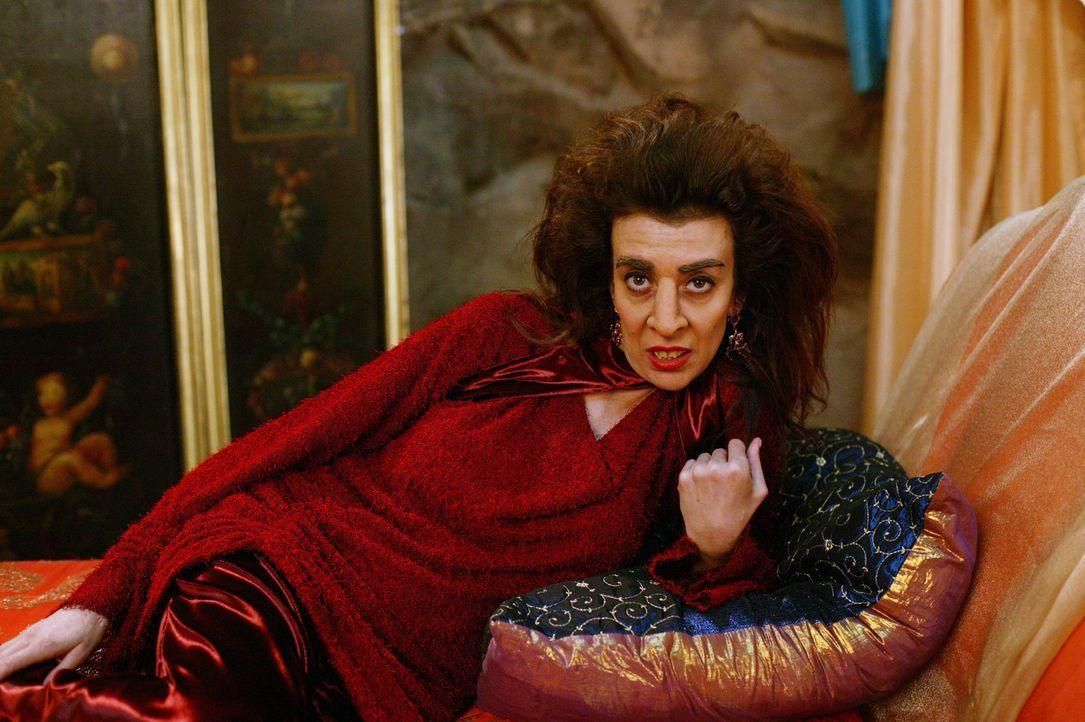 """Nachdem """"Imara"""" (Suzanne Krull), eine Machthungrigen Hexenmeisterin, einen Zauber ausspricht, erfolgt ein Körpertausch zwischen ihr und Phoebe ... - Bildquelle: Paramount Pictures"""