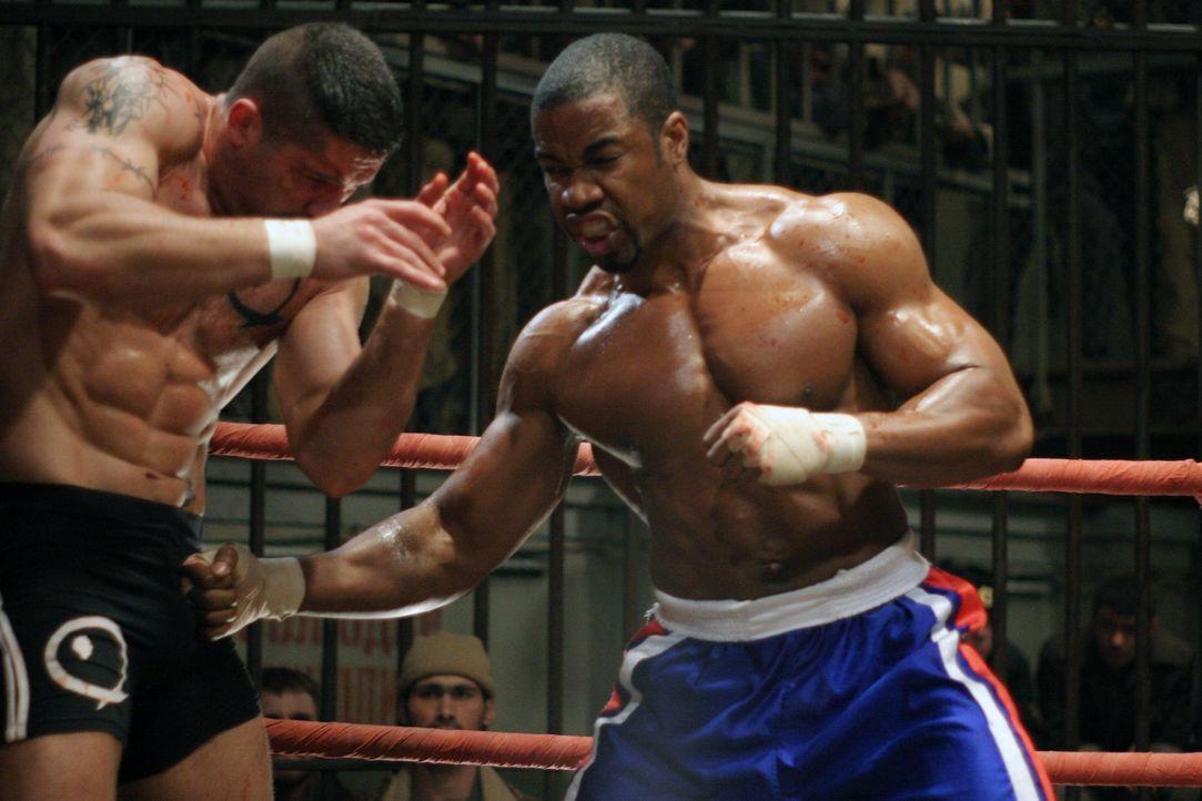 Boxer George Chambers (Michael Jai White, r.) landet im härtesten sibirischen Knast und soll dort gegen Yuri Boyka (Scott Adkins, l.) antreten. Cham... - Bildquelle: Nu Image Films