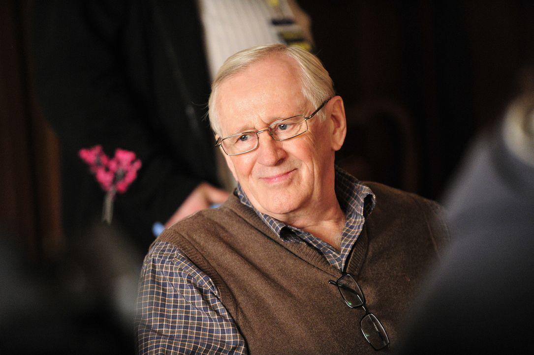 Zusammen mit Frank kämpft Henry (Len Cariou) für den Gemeindepriester Father McMurray, dem vorgeworfen wird, eine Frau aus der Gemeinde belästigt zu... - Bildquelle: 2010 CBS Broadcasting Inc. All Rights Reserved