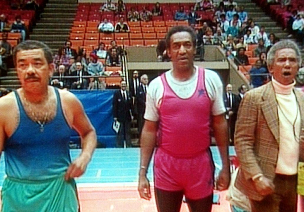 """Cliff (Bill Cosby, M.) mit seinem Trainer Ernie (Al Freeman, r.) und seinem alten Konkurrenten """"Rückenwind-Turner"""" (Josh Culbreath, l.) bei sportli... - Bildquelle: Viacom"""