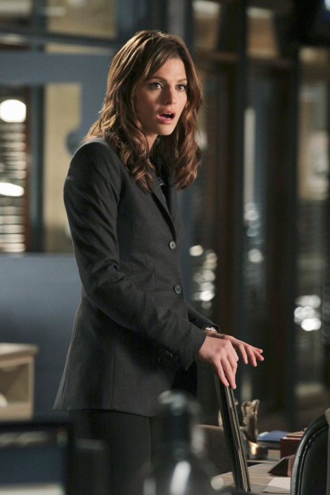 Glaubt ihren Augen kaum zu trauen, als sie sieht wie Castle und die Schauspielerin Nathalie Rhodes sich küssen: Kate Beckett (Stana Katic) - Bildquelle: 2010 American Broadcasting Companies, Inc. All rights reserved.