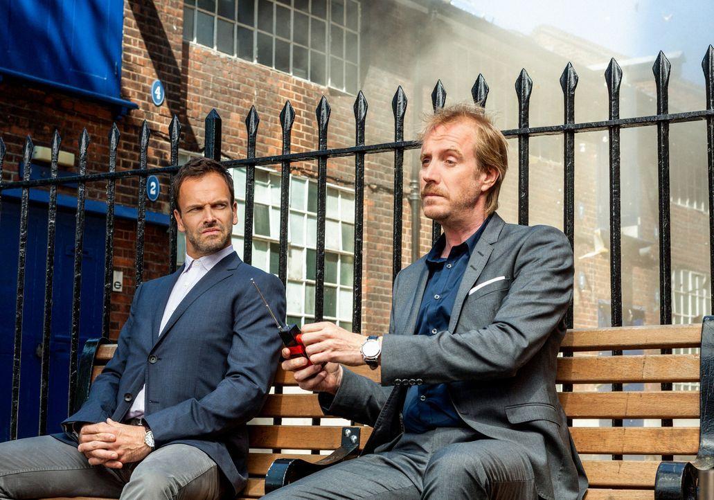 Als Sherlock Holmes (Jonny Lee Miller, l.) von Scotland Yard nach London gerufen wird, um dort bei der Aufklärung eines Falles mitzuhelfen, trifft e... - Bildquelle: CBS Television
