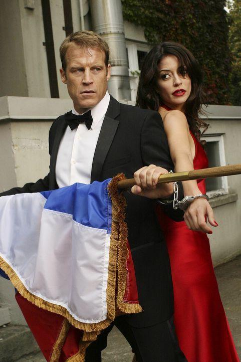 Bei einem neuen Auftrag, trifft der einzigartige Bodyguard Christopher Chance (Mark Valley, l.) auf FBI Agentin Emma Barnes (Emmanuelle Vaugier, r.)... - Bildquelle: Warner Bros.