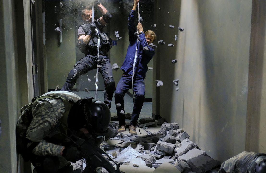 Dem inhaftierten Auftragskiller Murdoc ist es gelungen, jemanden bei der Phoenix Foundation einzuschleusen. Gemeinsam bringen sie das gesamte Gebäud... - Bildquelle: Guy D'Alema 2017 CBS Broadcasting, Inc. All Rights Reserved. / Guy D'Alema