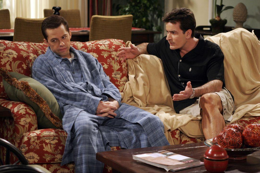 Charlie (Charlie Sheen, r.) versucht Alan (Jon Cryer, l.) aufzumuntern, der am Boden zerstört ist, nachdem er mitbekommen hat, dass Judith ein Date... - Bildquelle: Warner Brothers Entertainment Inc.