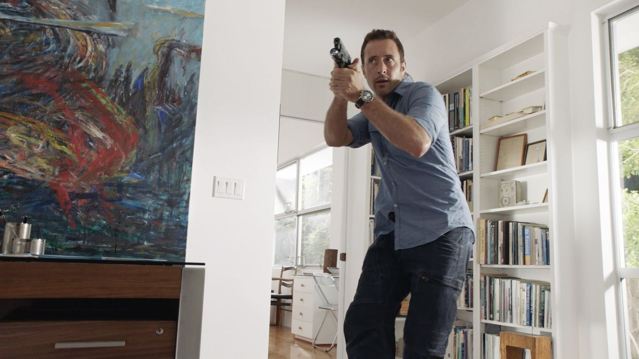Auf der Suche nach dem Schachfiguren-Serienkiller gerät er selbst in dessen Fänge: Steve (Alex O'Loughlin) ... - Bildquelle: Norman Shapiro 2016 CBS Broadcasting, Inc. All Rights Reserved / Norman Shapiro