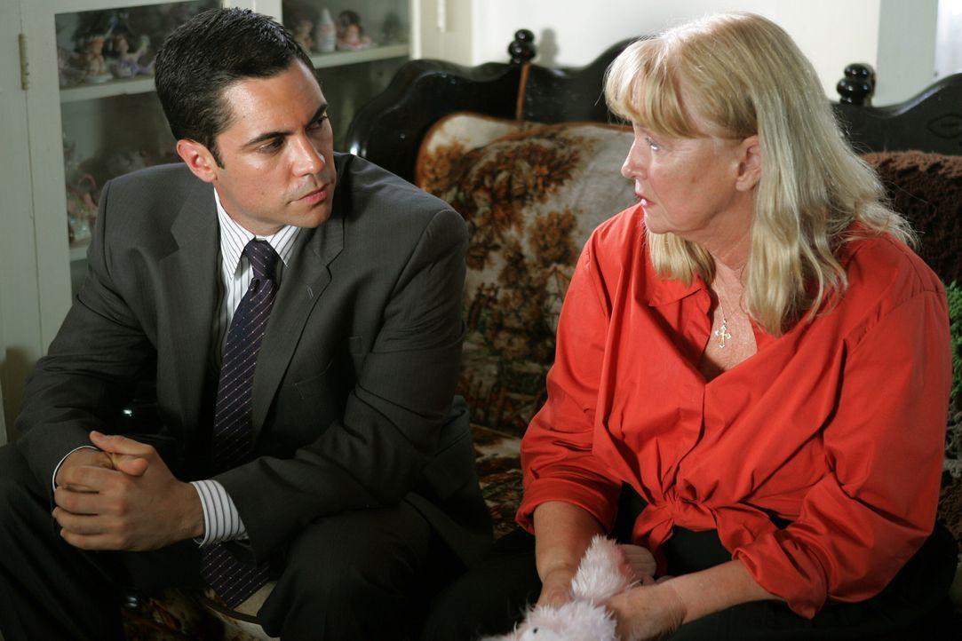 Kann Zelda (Diane Ladd, r.) Det. Scott Valens (Danny Pino, l.) den aktuellen Fall betreffend weiterhelfen? - Bildquelle: Warner Bros. Television