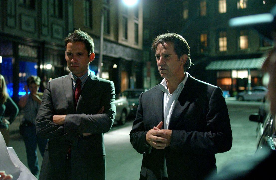 Der Frauenmörder hat wieder zugeschlagen: Jack Malone (Anthony LaPaglia, r.) und sein Kollege Danny Taylor (Enrique Murciano, l.) besichtigen den Ta... - Bildquelle: Warner Bros. Entertainment Inc.