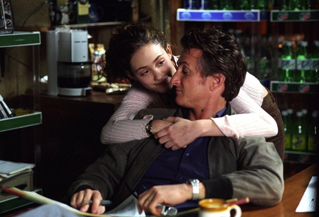 Als seine geliebte Tochter Katie (Emmy Rossum, l.) von einem Unbekannten brutal ermordet wird, setzt Jimmy (Sean Penn) alles daran, den Mörder auf... - Bildquelle: Warner Bros. Pictures