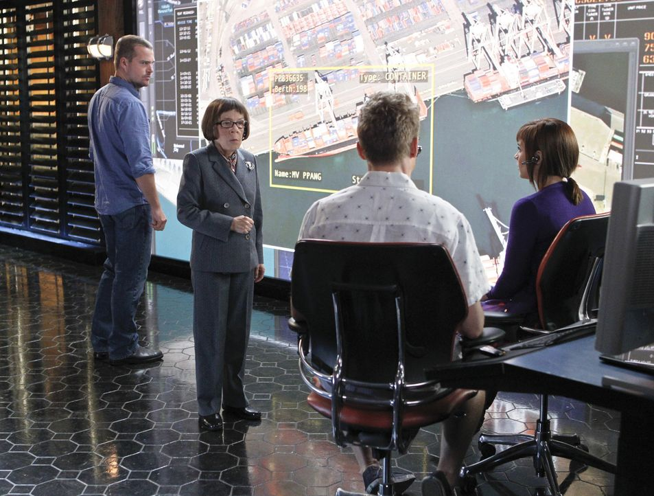Machen sich große Sorgen um Sam und Deeks, die in den Fängen von Sidorov sind: Callen (Chris O'Donnell, l.), Hetty (Linda Hunt, 2.v.l.), Eric (Barre... - Bildquelle: CBS Studios Inc. All Rights Reserved.