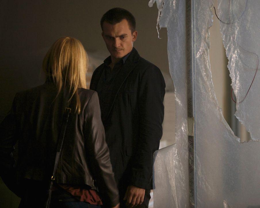 Quinn (Rupert Friend, r.) kehrt nach Islamabad zurück. Zusammen mit Carrie (Claire Danes, l.) macht er sich auf die Suche nach dem mutmaßlichen ISI-... - Bildquelle: 2014 Twentieth Century Fox Film Corporation