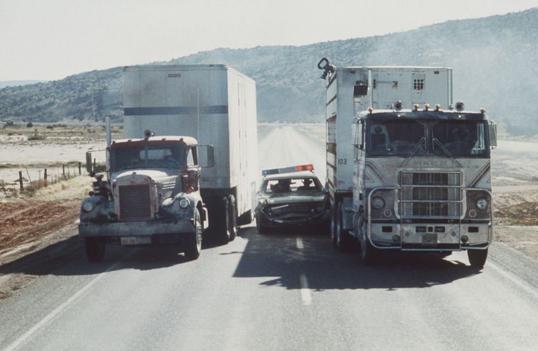 Die aufgebrachten Trucker lassen sich von nichts in ihrem Convoy stoppen: Und was kann ein winziges Polizeiauto auch gegen die riesigen PS-Boliden s... - Bildquelle: Neue Constantin Film