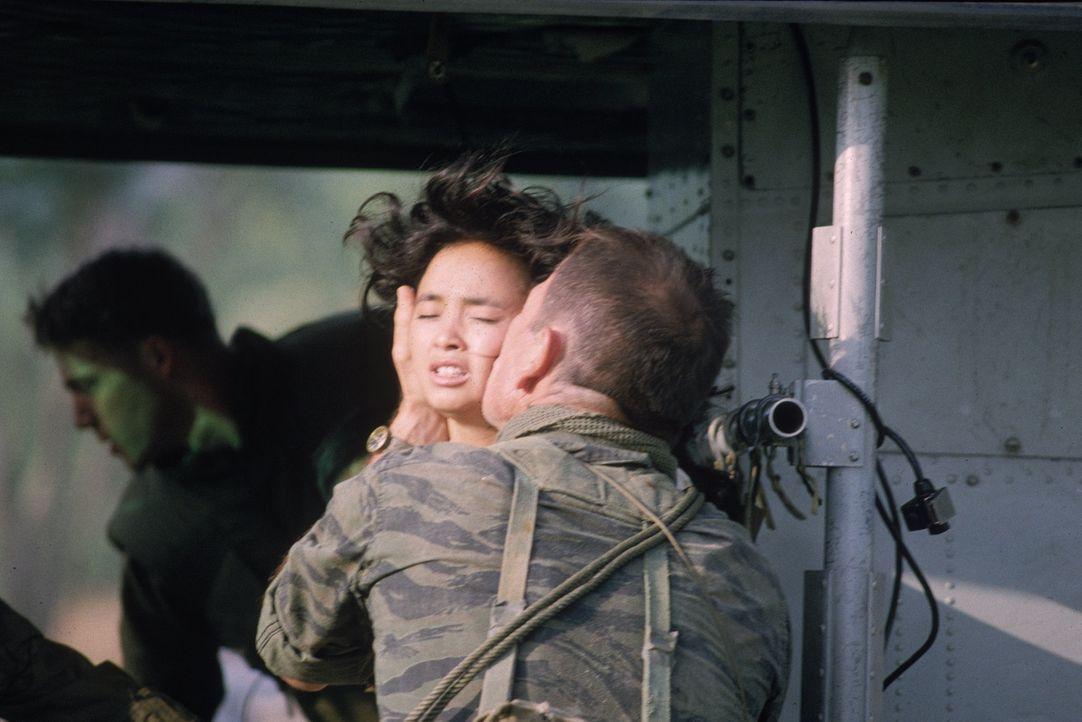 Als ihr der amerikanische Sergeant Steve Butler (Tommy Lee Jones, r.) den Hof macht, sieht Le Ly (Hiep Thi Le, l.) eine Chance, Vietnam verlassen zu... - Bildquelle: Warner Bros.
