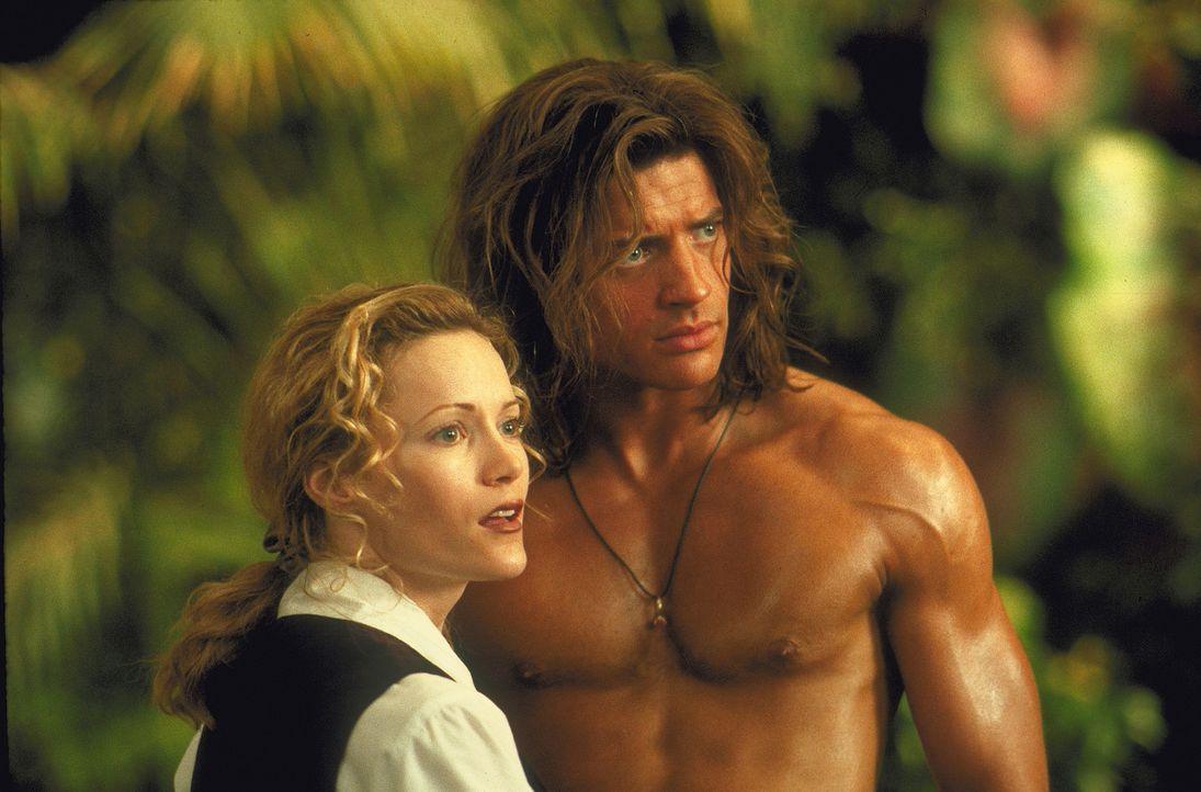 Während ihr Verlobter vor der Gefahr davonläuft, findet Ursula (Leslie Mann, r.) einen wunderschönen Retter: George (Brendan Fraser, l.), der nac... - Bildquelle: Disney Enterprises Inc.