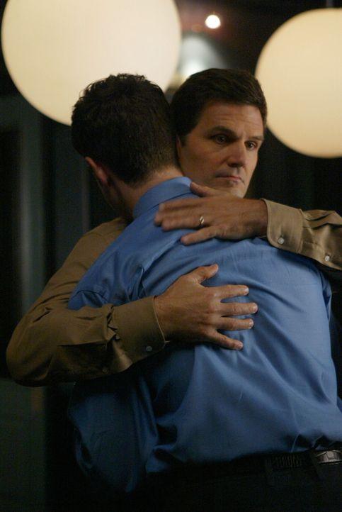 Geheime Affäre: Alan (D. W. Moffett, l.) und Luke Horton (Jeremy Garrett, r.) - Bildquelle: Warner Bros. Entertainment Inc.