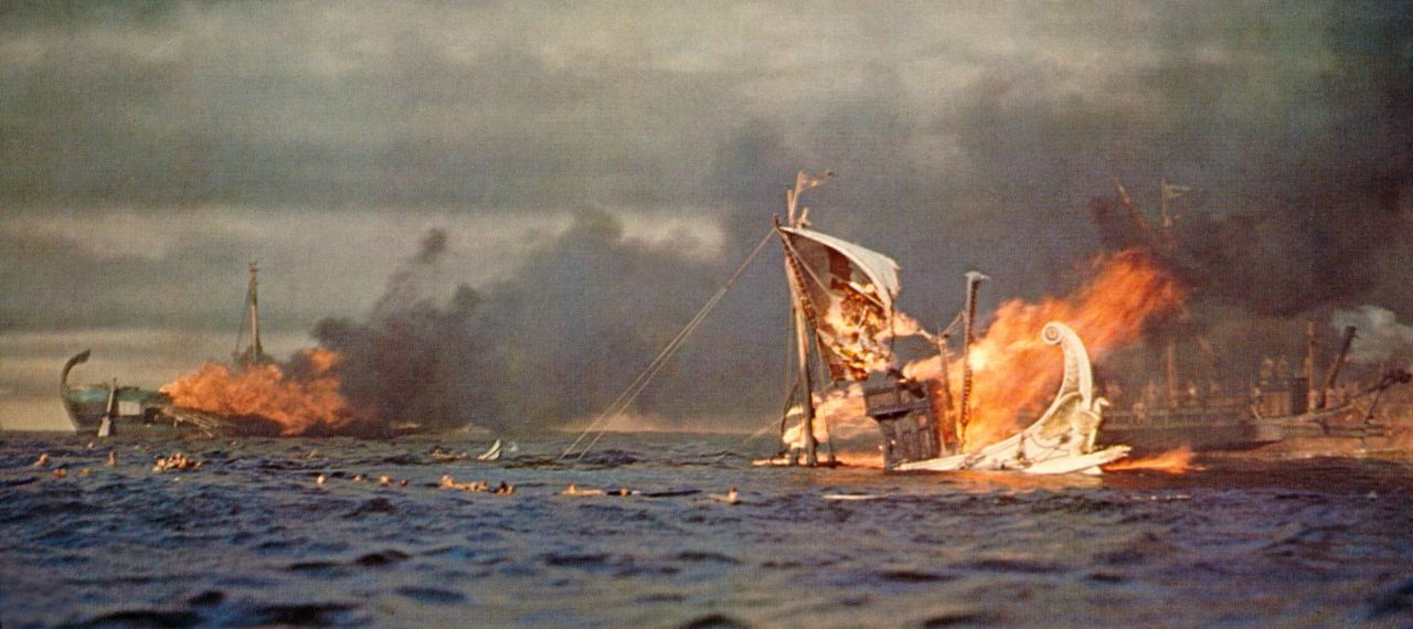 Die Seeschlacht kostet tausender Galeerensträflinge, die hilflos an ihre Ruderbänke angekettet sind, das Leben. - Bildquelle: Metro-Goldwyn-Mayer (MGM)