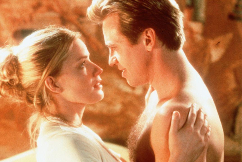 Als sich Simon Templar (Val Kilmer, r.) in die Physikerin Dr. Emma Russell (Elisabeth Shue, l.) verliebt, geraten beide in tödliche Gefahr ... - Bildquelle: Paramount Pictures