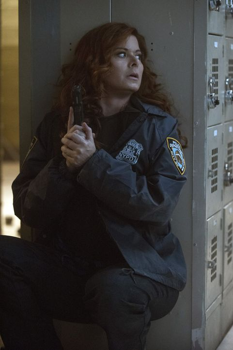 Kommen Laura (Debra Messing) und Jake dem Mörder, der sein Opfer in der Sauna buchstäblich gekocht hat, auf die Spur? - Bildquelle: 2015 Warner Bros. Entertainment, Inc.
