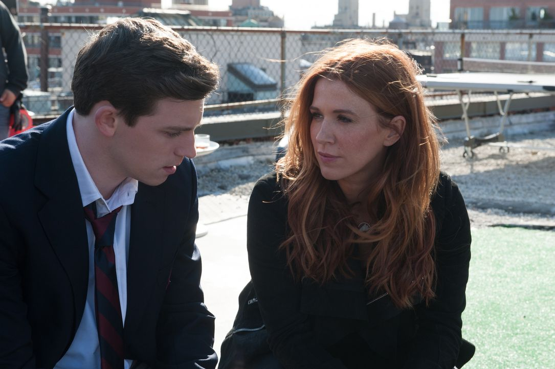 Bei ihren Ermittlungen findet Carrie (Poppy Montgomery, r.) heraus, dass Marshall Cosgrove (Ryan McGinnis, l.) seit dem Tod seines Vaters, mit seine... - Bildquelle: 2014 Broadcasting Inc. All Rights Reserved.