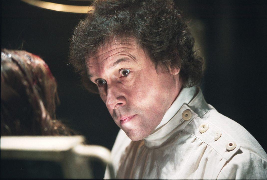 """Serienkiller Alistair """"The Doctor"""" Pratt (Stephen Rea, r.) hat ein neues Opfer gefunden ... - Bildquelle: 2003 Sony Pictures Television International. All Rights Reserved."""