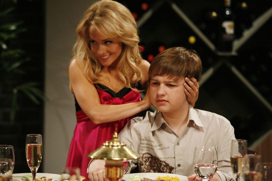 Melissa (Kelly Stables, l.) versucht alles, damit die Party für Alan ein Spaß wird, doch nach einer Zeit zieht sich Jake (Angus T. Jones, r.) auf... - Bildquelle: Warner Brothers Entertainment Inc.