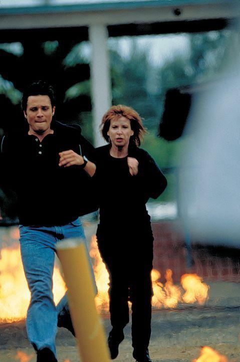 Julie (Cynthia Rothrock, r.) und Rick Mitchell (Seamus Dever, l.) geraten in eine äußerst brenzlige Situation - Bildquelle: Sony 2007 CPT Holdings, Inc.  All Rights Reserved.