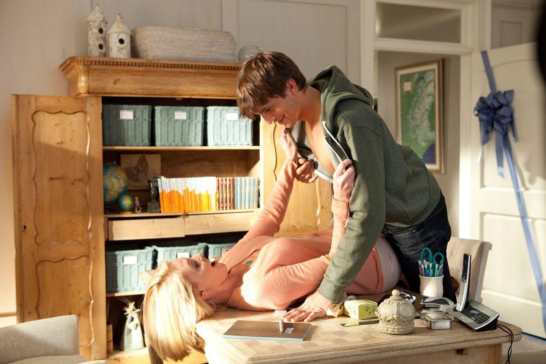 Jen (Katherine Heigl, l.) und Spencer (Ashton Kutcher, r.) sind glücklich verheiratet, genießen das Leben als junges Ehepaar. Doch Jen weiß nicht, d... - Bildquelle: Kinowelt GmbH