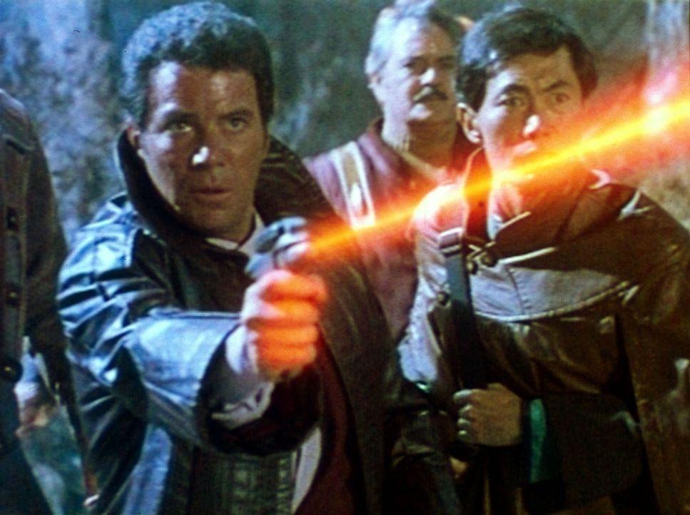 Kirk (William Shatner, l.), Scotty (James Doohan, M.) und Sulu (George Takei, r.) gelingt es, den Klingonen-Kommandanten zu überlisten. - Bildquelle: Paramount Pictures